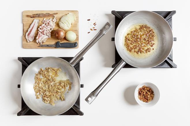 spaghetti all'amatriciana - cuoci il guanciale e soffriggi la cipolla