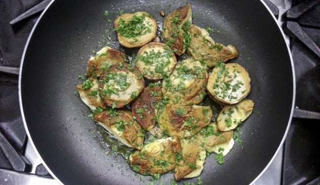 condisci con sale pepe aglio e prezzemolo
