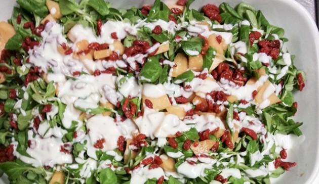 insalata di soncino melone bacche di goji con salsa di yogurt e senape