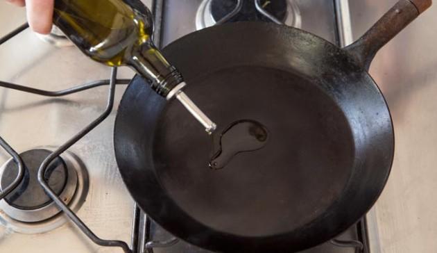 metti-olio-nella-padella-di-ferro-calda