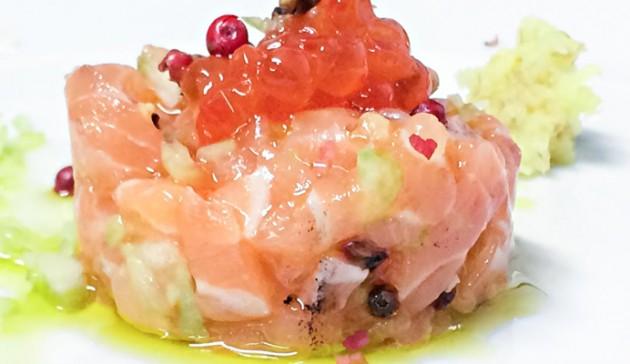 Tartare-di-salmone-zenzero,-sedano-e-pepe-rosa-con-uova-di-caviale-rosso_2