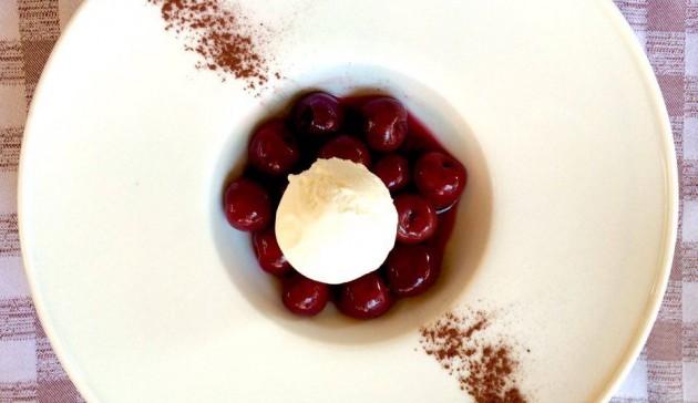 ciliegie su gelato alla vaniglia