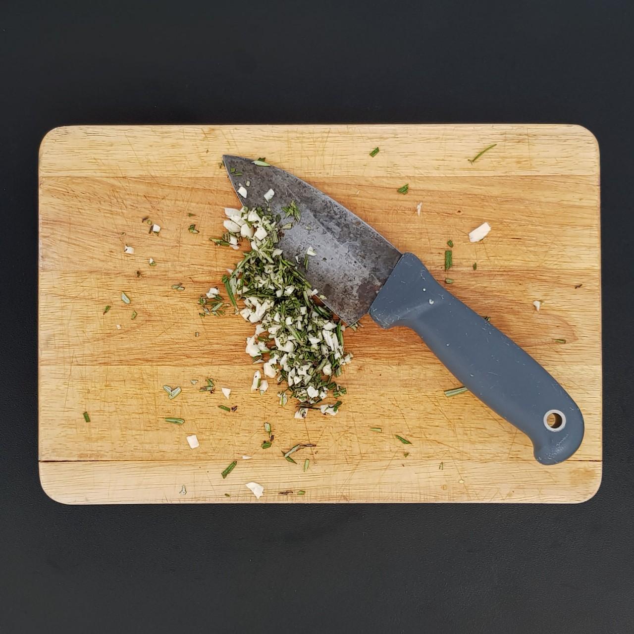 trito-grossolano-di-aglio-e-rosmarino