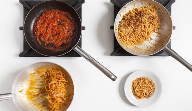 spaghetti all'amatriciana - preprepara la salsa e ripassa la pasta