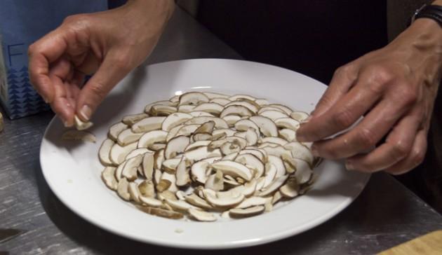 disponi i funghi porcini su di un piatto