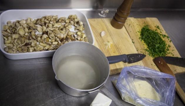 prepara burro acqua di cottura prezzemolo parmigiano e pepe