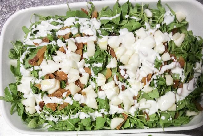 insalata di rucola albicocche secche pere e salsa di yogurt e rafano