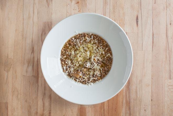 piatto di lenticchie in umido condite con olio e parmigiano