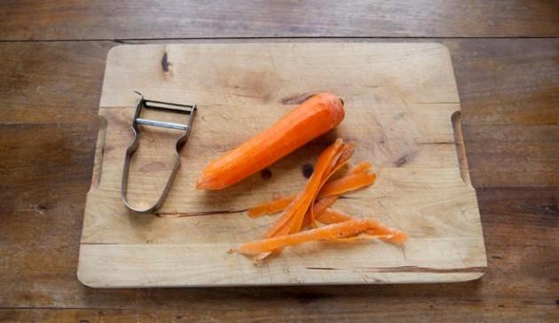 sbuccia-la-carota-con-il-pelapatate