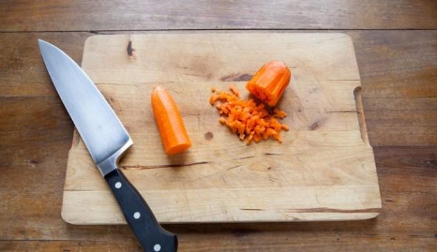 come-tagliare-una-carota-a-battuto