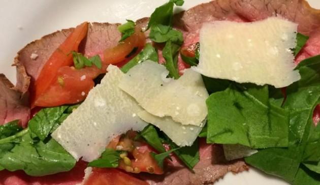aggiungi il parmigiano in scaglie al roast beef