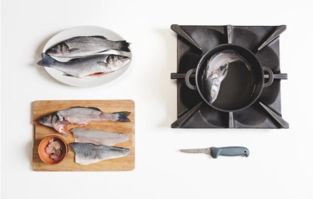 sfilettare filetti di pesce e prepara il fumetto
