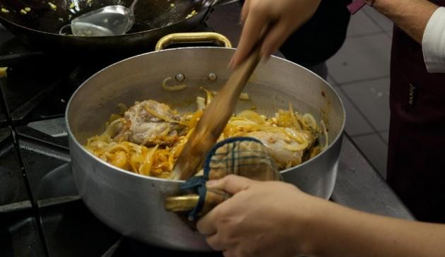 Curry thailandese di pollo con arachidi