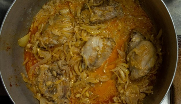 Curry thailandese di pollo con arachidi